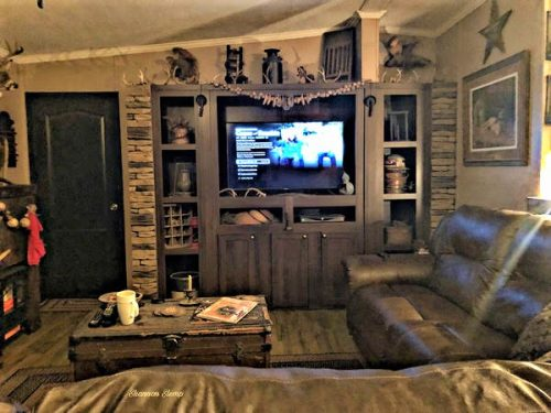 primitive decor in a mobile home - living roomn