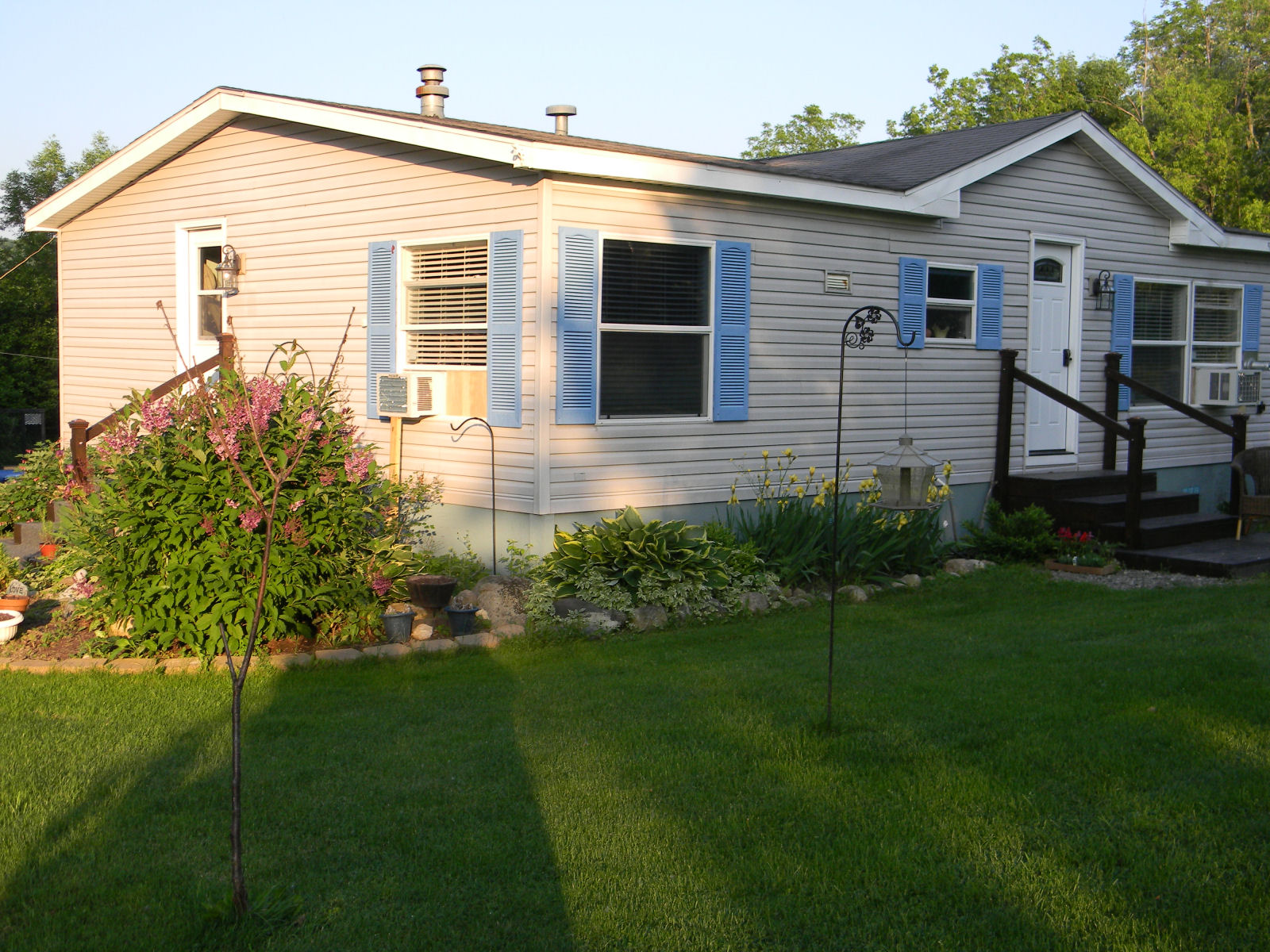 Image gallery mobile home yard landscaping for Home front landscaping
