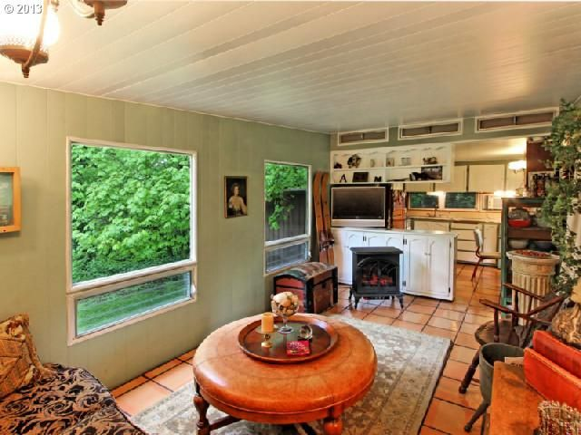Oregon single wide - Terra cotta floors and mint green walls