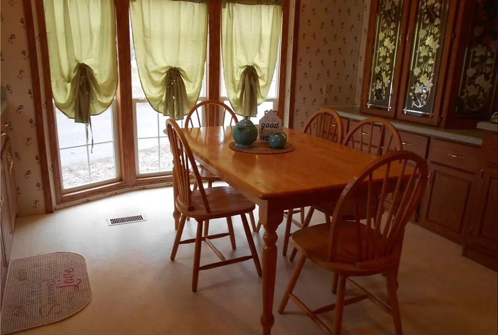 2002 immaculate single wide dining room