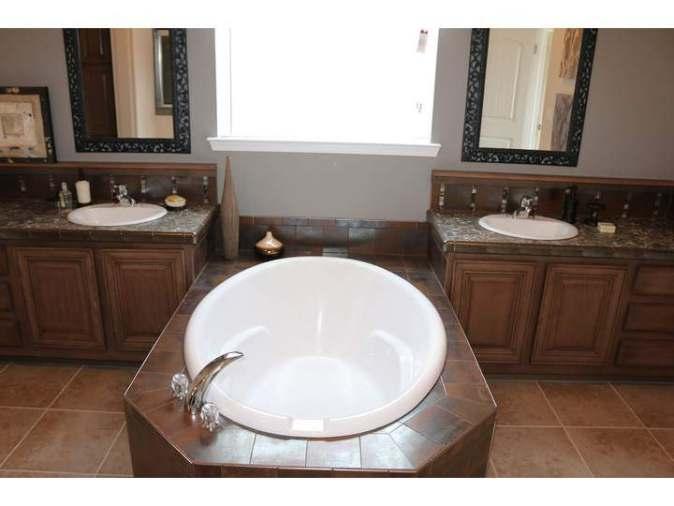 Casa grande master bath tub and sinks