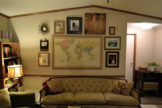 Beautiful-eclectic-single-wide-decor-gallery-wall-in-living-room