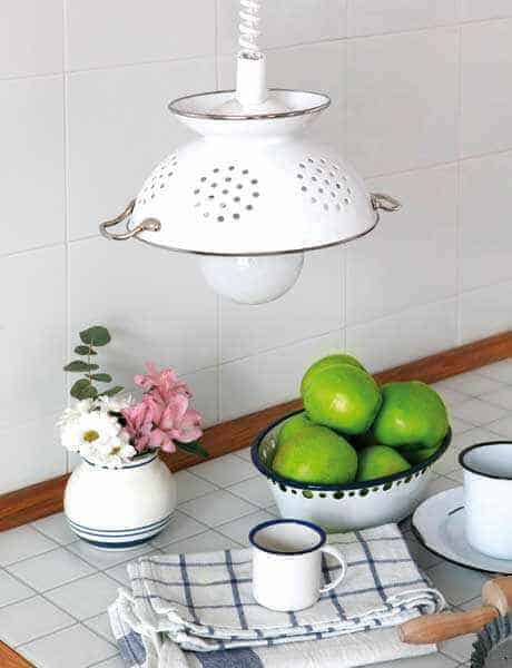 diy-pendant-lamp-of-colander-1