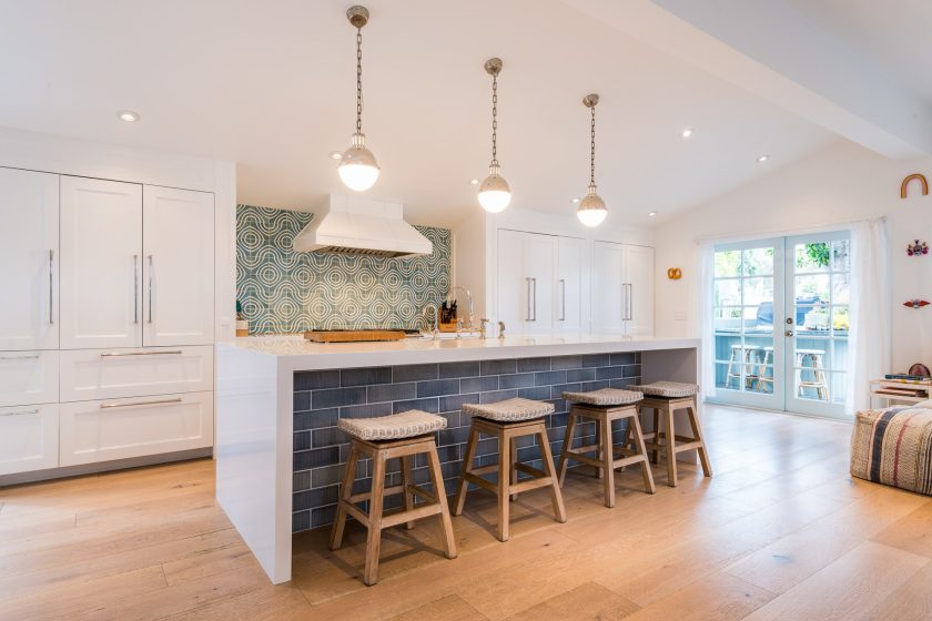 Light and bright double wide breakfast bar