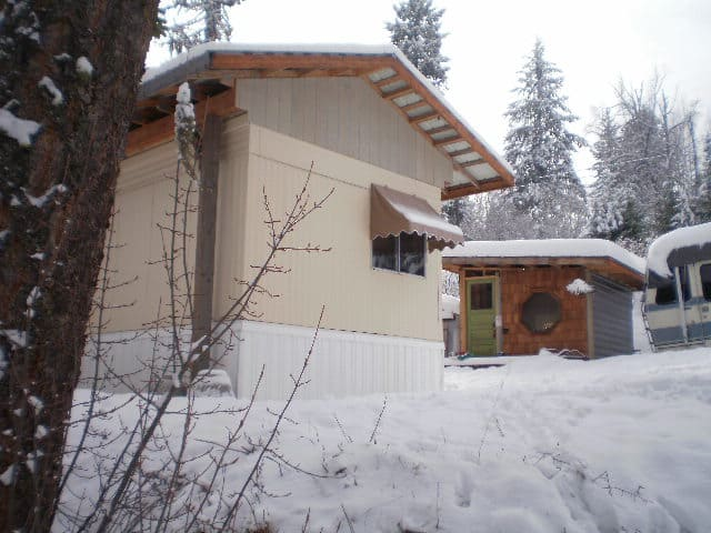 mobile-home-exterior-with-snow