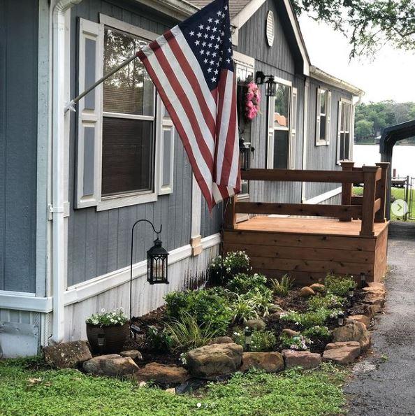 Mobile home lake cottage