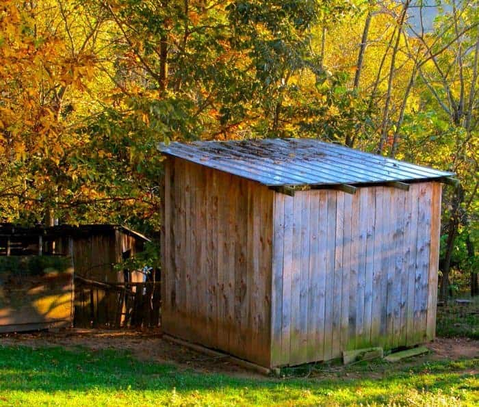 how to build a barn from pallets