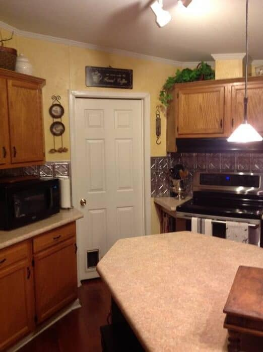 beautiful double wide with country primitive decor - kitchen photos- cabinet and counters 2