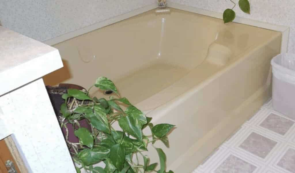 yellow-bathtubs-in-mobile-home