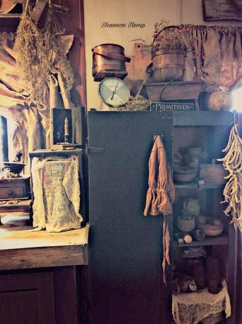 primitive decor in a mobile home - pantry