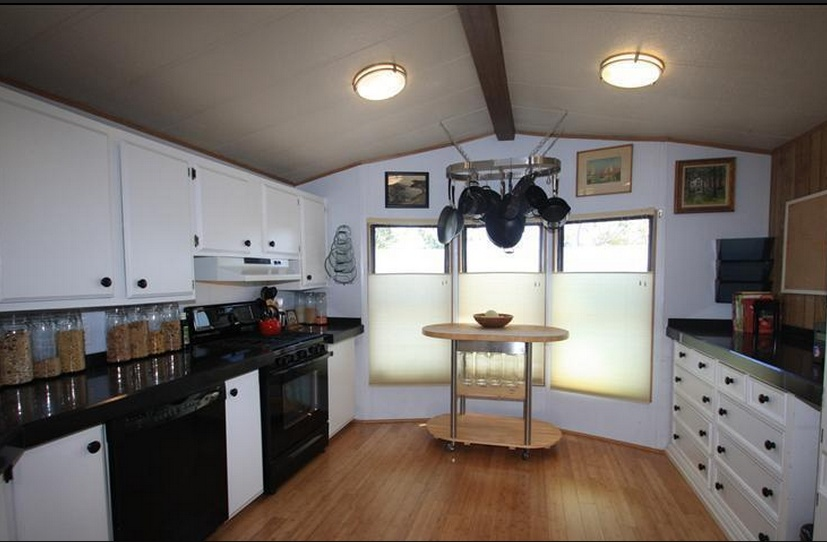 6 great mobile home kitchen makeovers mobile home living for Kitchen remodel ideas for older homes