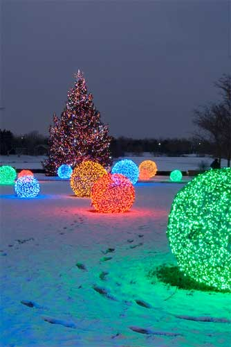 Christmas Decor Ideas - DIY Lighted Balls from chicken wire
