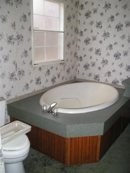 Double wide manufactured home master bathroom before makeover 2- homesteading_