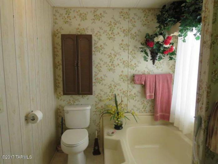 Fleetwood Festival (aka Broadmore) Single Wide Master Bathroom Garden Tub and Toilet Layout - Favorite Classic Mobile Home Models of Mobile Home Experts