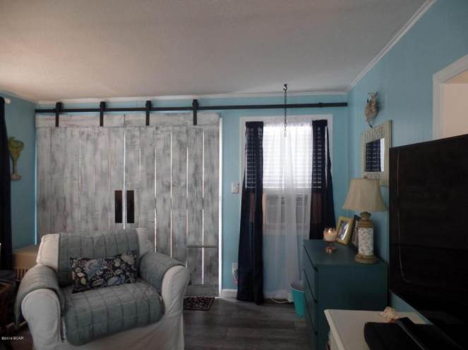 Gorgeous Single Wide Beach House - - living space -barn doors