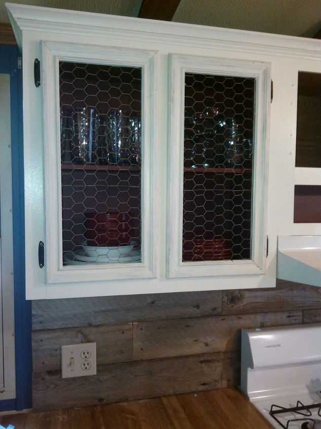 farmhouse kitchen makeover-cabinets-with-chicken-wire-finished