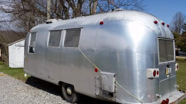 Mobile Home Living's 1965 Airstream Safari (72)
