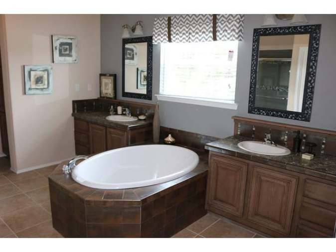 oval tub in manufactured home bathroom - Casa Grande (12)