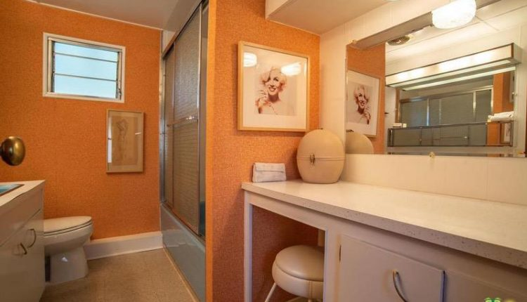1962 Skyline is a Vintage Mobile Home Beauty - Bathroom 2