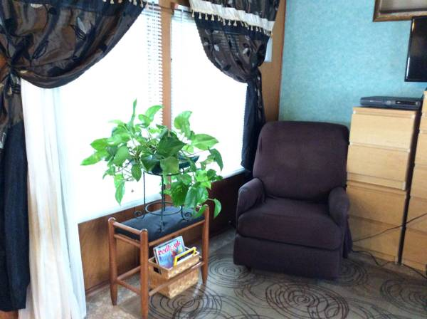 Vintage Mobile Home - Stewart Bi-Level Model Living room