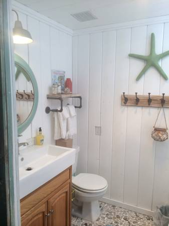 Beach cottage decor ideas for your mobile home for Small coastal bathroom ideas