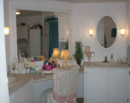 beautiful cottage style decor in a manufactured home bathroom