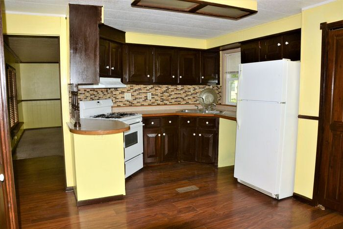 budget-friendly mobile homes-70's kitchen
