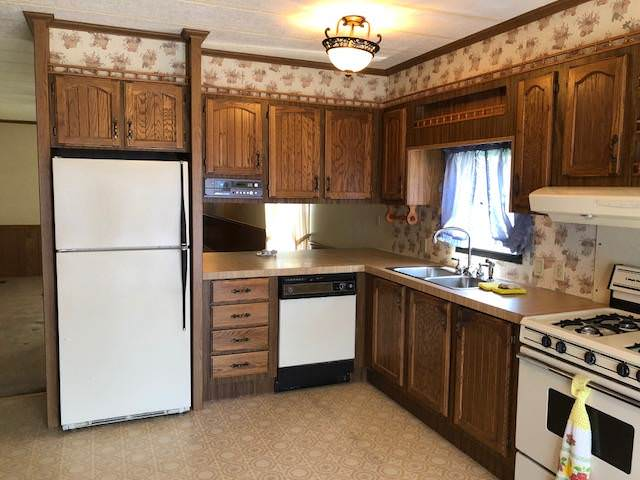 budget-friendly mobile homes-victorian kitchen
