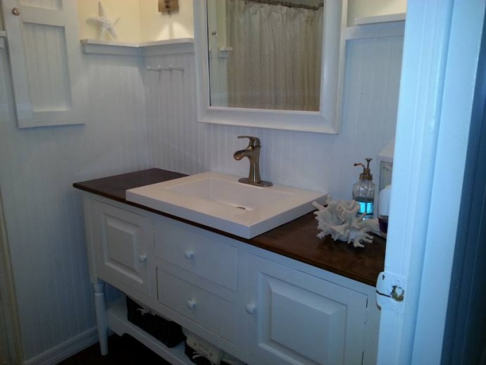 cottage style manufactured home decor - featured home (bathroom 2)