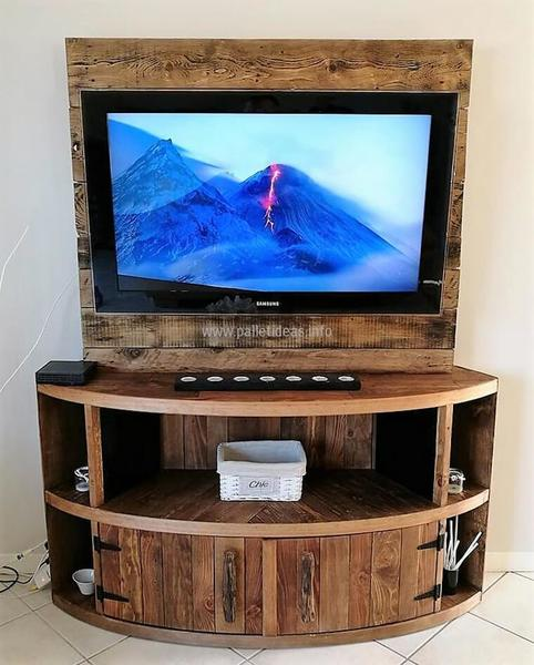 furnish your mobile home with pallets-entertainment center