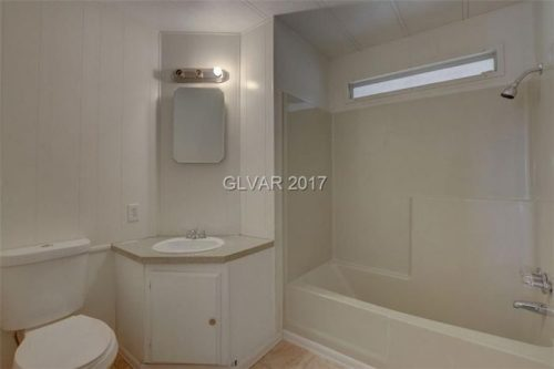 our 10 favorite Craigslist manufactured home listings in July 2017 - unique bathroom design in 1981 single wide