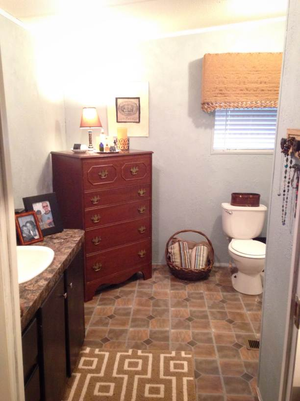manufactured home makeover  (bathroom after)