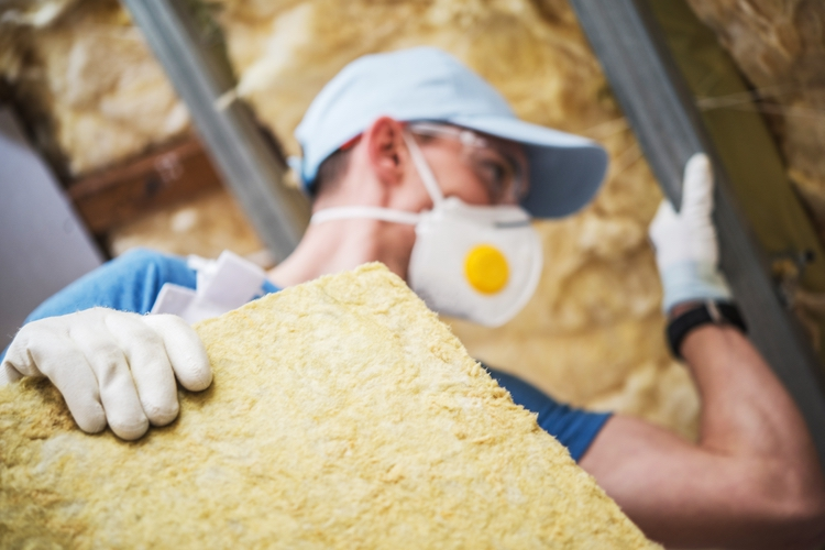 mineral-rock-wool-insulating-being insatalled