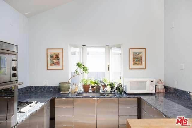 million dollar mobile home - minimalist cottage style manufactured home in Malibu - minimal kitchen design