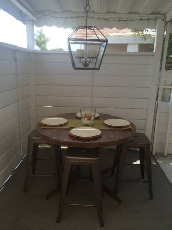 outdoor dining room in mobile home