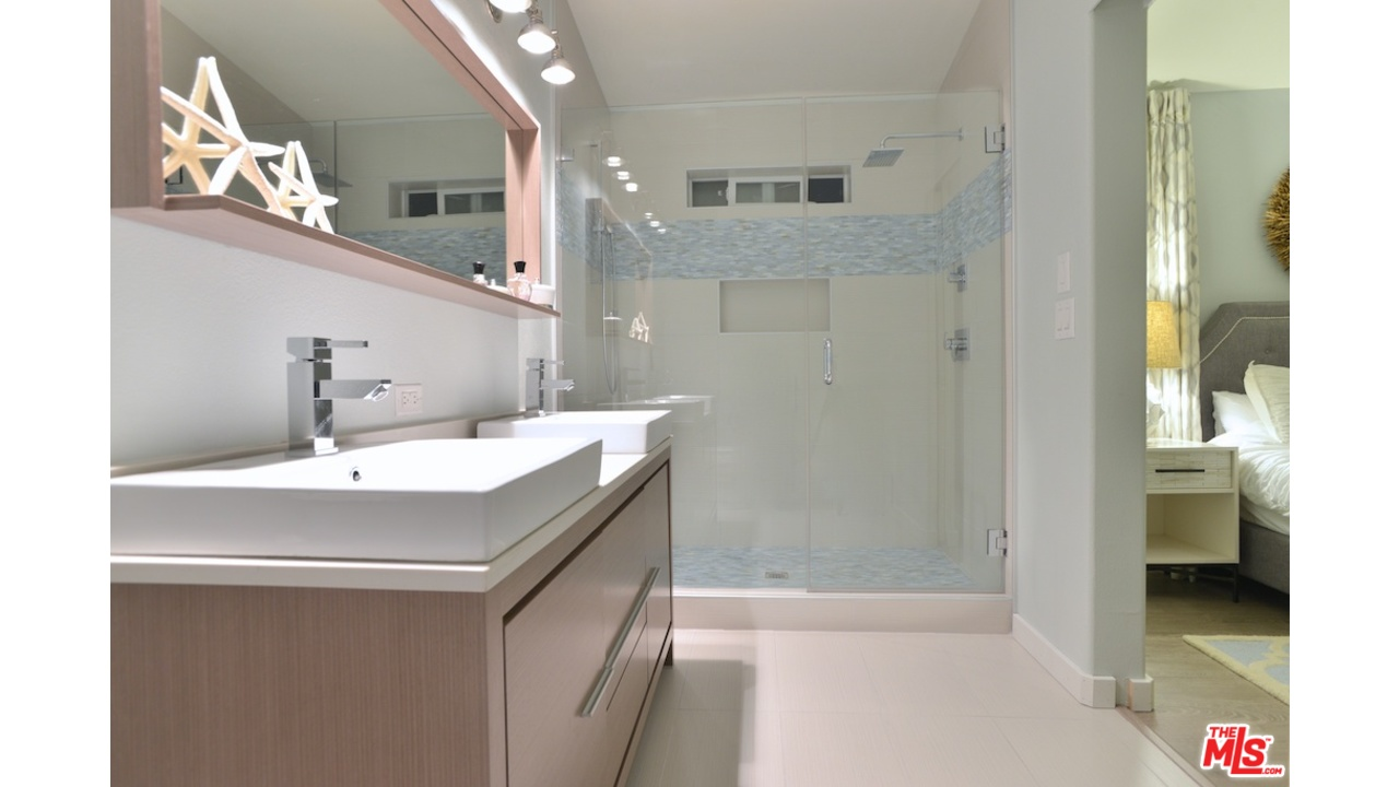 Malibu mobile home with lots of great mobile home for Home bathroom ideas