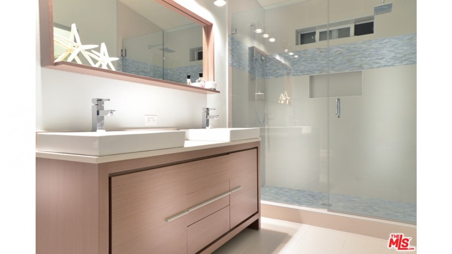rmobile home decorating ideas - using similar colors and textures throughout the home - neutral bathroom