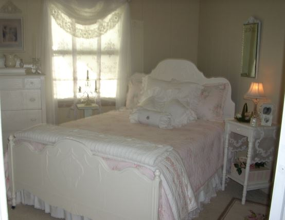 using cottage decor in a mobile home bedroom